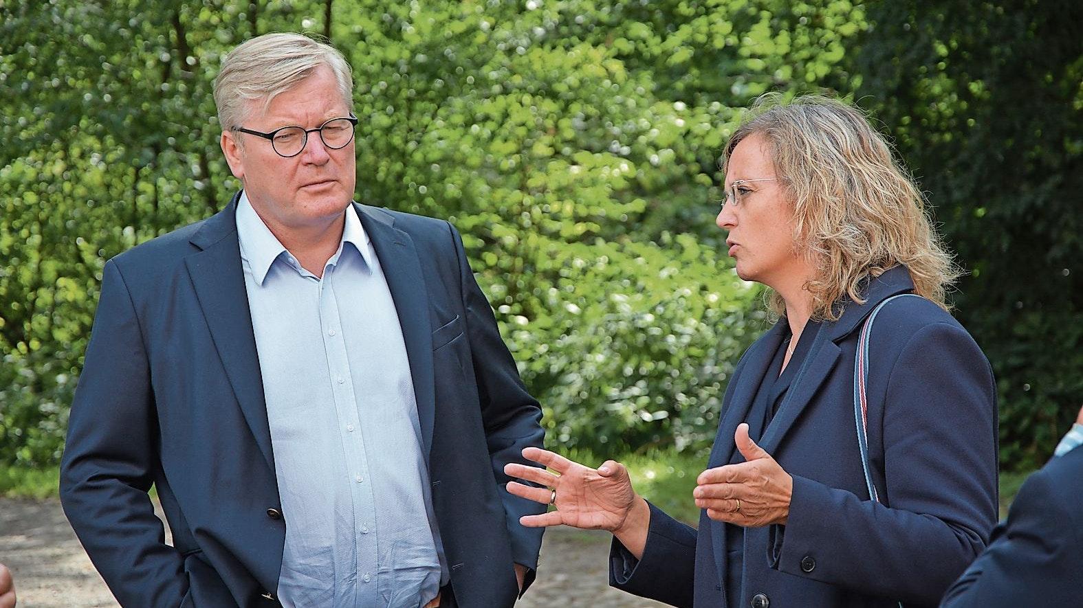 Im Gespräch: Minister Dr. Bernd Althusmann informierte sich im August im Museumsdorf bei Direktorin Julia Schulte to Bühne. Foto: Hermes