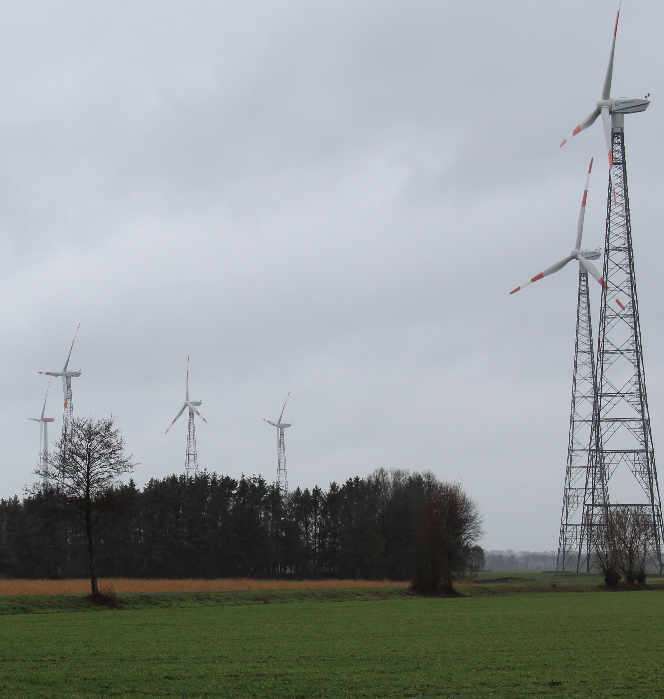 Das ist der Windpark Badbergen-Dinklage: Die Betreiber wollen die fünf in Bünne bestehenden Anlagen durch vier neue, leistungsfähigere und vor allem größere Windräder ersetzen. Foto: Bergmann