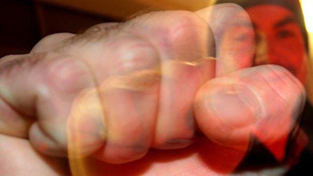 Streit eskaliert: Unbekannter schlägt 53-Jährigen mit Holzstock zu Boden