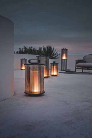 Die Außenleuchte Ambient Line von Sebastian Herkner besteht aus einem mundgeblasenen Zylinder aus Rauchglas mit Schilfglasverzierung. Foto: dpaGloster