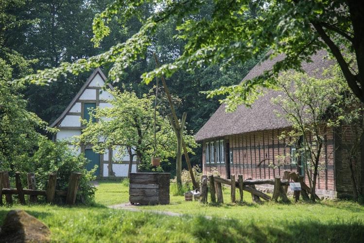 Alte Landhäuser, umgeben von Grün. © Thülsfelder Talsperre