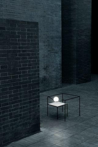 Als Tisch oder Wandobjekt: Der Japaner Oki Sato kombiniert bei der Leuchte Heco by Nendo für Flos einen dünnen Rahmen mit einer beleuchteten Kugel. Foto: dpaSartori