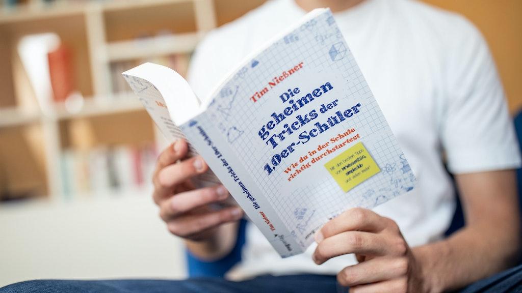 Alle Tricks, zusammengefasst in einem Buch: Tim Nießner glaubt, jeder Schüler könne ein Abitur mit einem Einserschnitt schaffen. Foto: dpaKusch