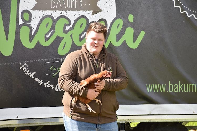 Handzahm: Fabian Kurre mag seine Hühner. Foto: Ebert