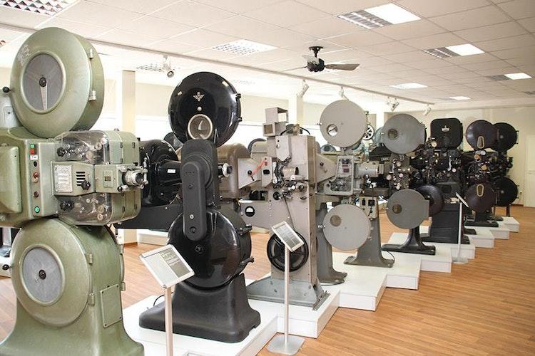 Geschichte aufgereiht: Projektoren im Wandel der Zeit. © Kino-Museum-Löningen