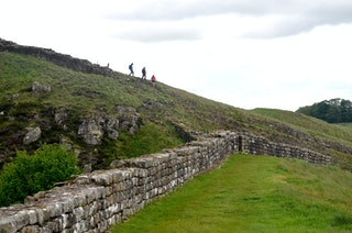 Der Wall ist das Ziel: Von Haltwhistle aus ist der Hadrianswall schnell erreicht, die Strecke von hier Richtung Osten bis Corbridge gilt als besonders sehenswert. Foto: dpaHeimann