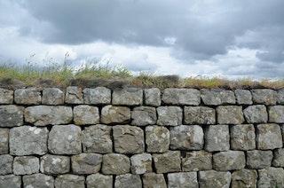 Der Hadrianswall war in der römischen Antike ein Befestigungssystem, von dem nur Teile erhalten ist - die Mauer war ursprünglich rund vier Meter hoch. Foto: dpaHeimann