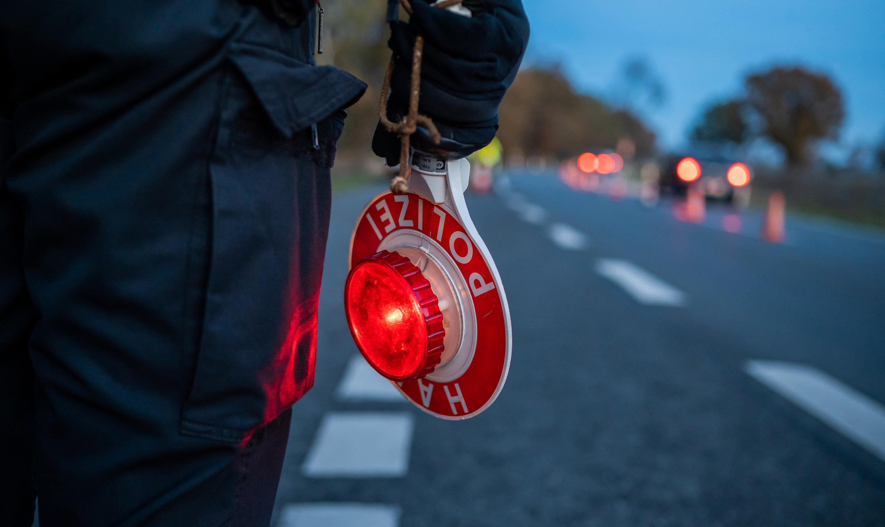 Bei einer Verkehrskontrolle im Saterland wurde ein 45-Jähriger mit 2,05 Promille aus dem Verkehr gezogen. Foto: dpa / Schulze