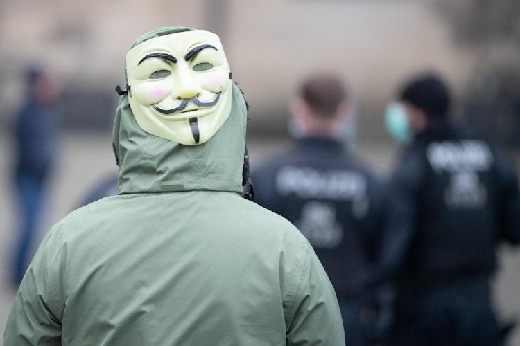 Aus dem Internet auf die Straße: Verschwörungstheoretiker haben am Wochenende gegen die Corona-Beschränkungen protestiert. Foto: dpaKahnert