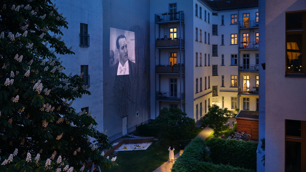 """Der Film The Artist"""" wird in einem Hinterhof im Berliner Stadtteil Wedding gezeigt. Foto:Joris van Velzen"""