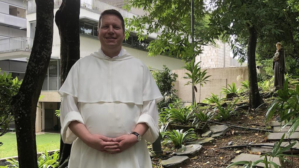 Pater Dr. Andreas Bordowski spaziert durch denGarten des Franziskaner-Klosters in Singapur. Fotos: privat