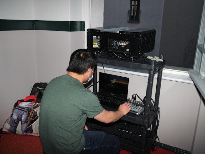 Vorbereitung der Film- und Tontechnik im Hausflur.Fotograf: Martin von den Driesch.