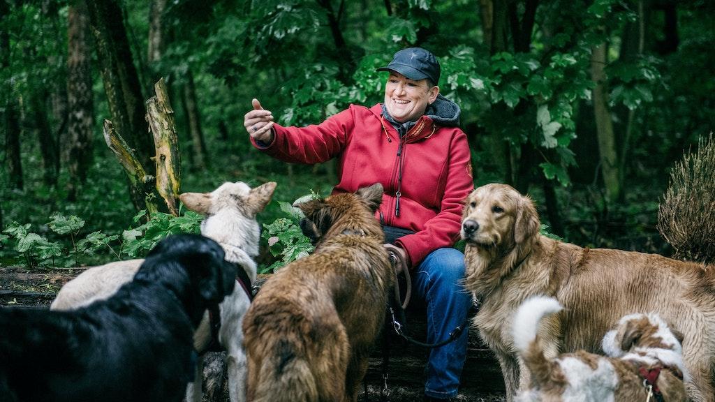 Die Dogwalkerin Vera Schrader erwartet von den Hunden, dass sie die wichtigsten Kommandos kennen. Foto: dpaScheurer