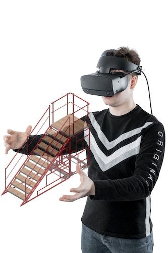 Vincent Kaufmann taucht ab in die Virtual Reality (VR). Der 23-Jährige plant immer öfter Bühnenbilder – unter anderem für die Lohner Musical-AG – mit VR-Brille und spezieller Software. Foto: Krone