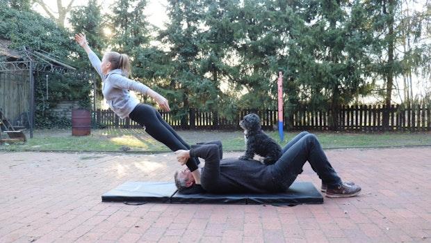 Familienmitglieder werden zu Akrobaten