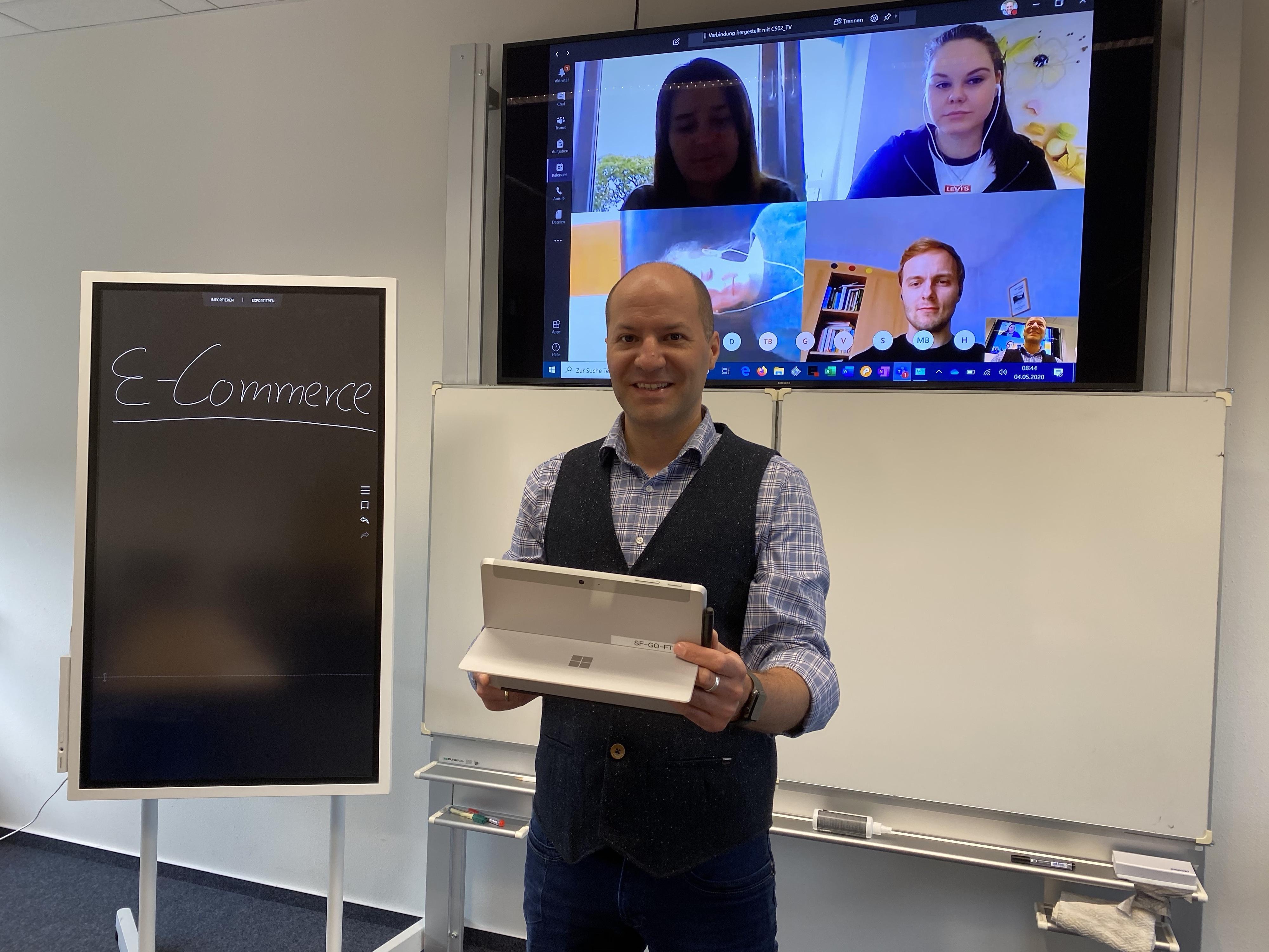 Ein Beruf für die digitalen Geschäftsfelder: Thomas Fischer-Südkamp, Bildungsgangsleiter E-Commerce an den Handelslehranstalten Lohne, während einer Videokonferenz mit den Auszubildenden im eigens für dieses Angebot eingerichteten Raum. Foto: Sieve