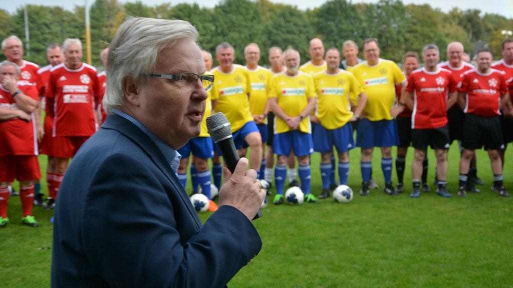Beim Auftakt im vergangenen Jahr: Prof. Dr. Joachim Schrader begrüßt die Teilnehmer der Fußballstudie. Foto: Hermes