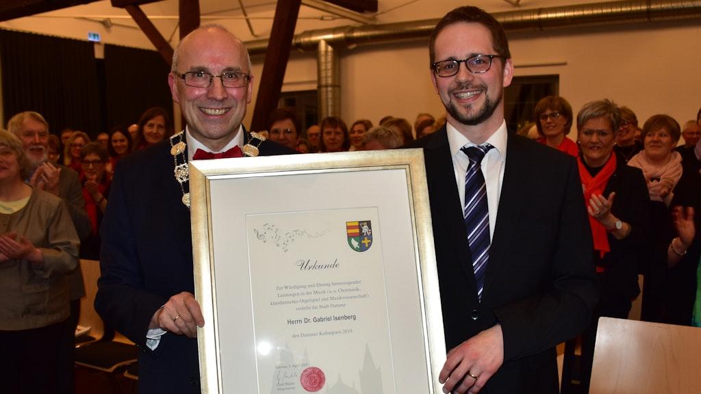 2019 ehrte Bürgermeister Gerd Muhle (links) den Kirchenmusiker Dr. Gabiriel Isenberg. Foto: Lammert