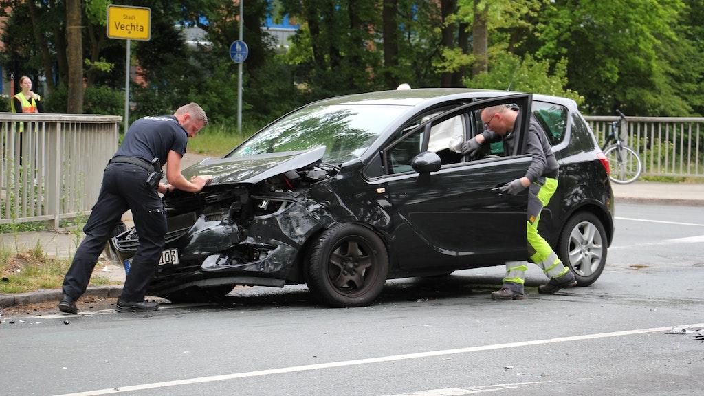 Abstransport nach der Kollision: Am Wagen der Unfallverursacherin entstand Totalschaden. Foto: Speckmann