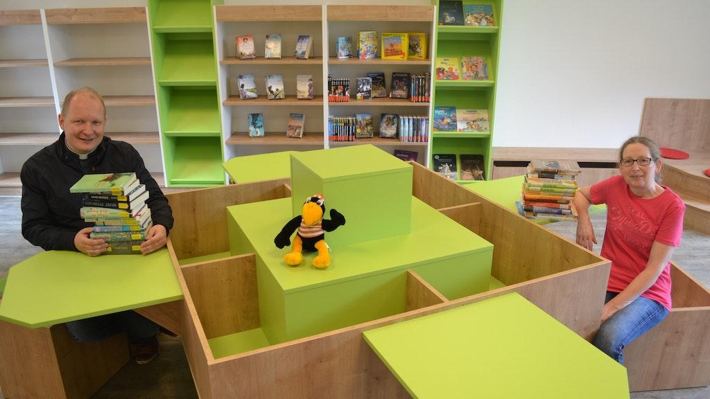 Freuen sich auf den Neustart der Bücherei: Pfarrer Uwe Börner und Marlies Klinker. Foto: Schrimper