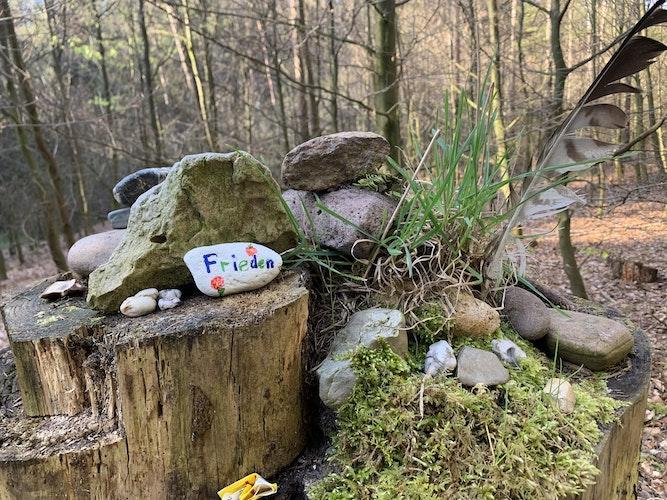 Ein Friedensgruß am Wegesrand: Ein mit Moos und Zweigen dekorierter Baumstamm begeisterte Birgit Schlarmann im Bexaddetal. Foto: Schlarmann