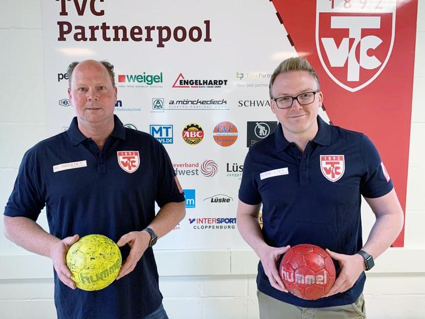 Geschafft: Ralf Sandmann (links) und Maik Niehaus vom Teammanagement des TV Cloppenburg freuen sich auf die 3. Bundesliga. Foto: Bien