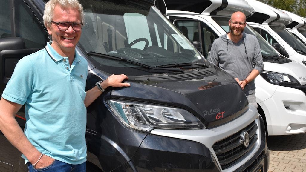 Ulrich Hartz und Christian Hackmann, Inhaber von Klein Mobile in Goldenstedt sind froh, dass ihr Vermietungs- und Verkaufsgeschäft für Caravans und Wohnmobile endlich wieder anzieht. Foto: Kühn
