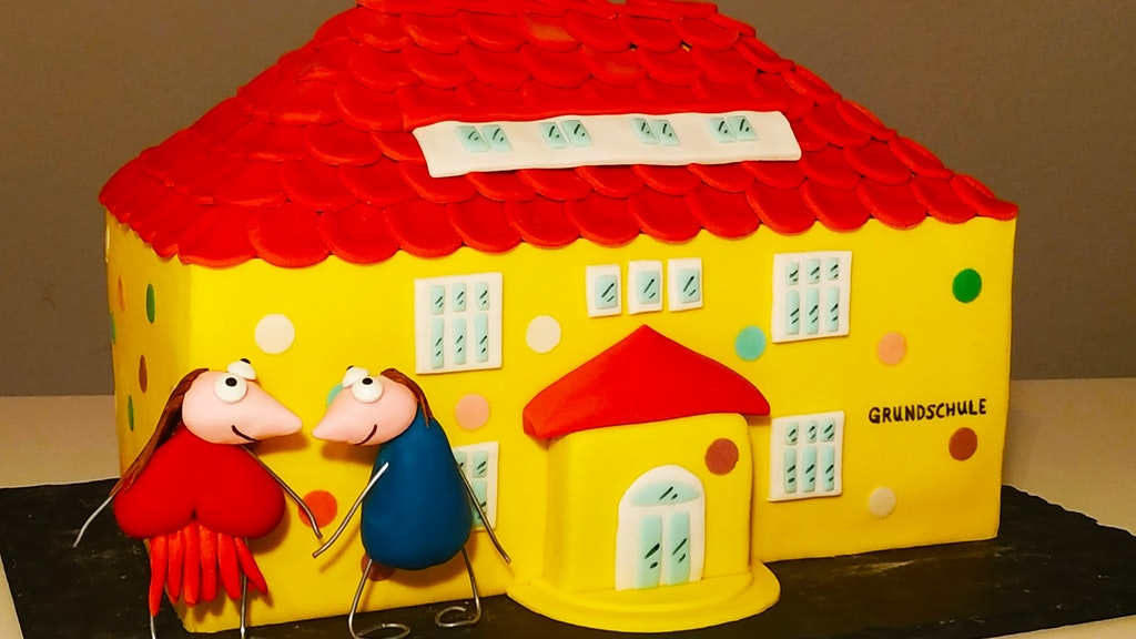 Emsteker Grundschule: Leiter Peter Boog hat diese Torte zur Begrüßung aufgetischt bekommen. Foto: © Riddebrock
