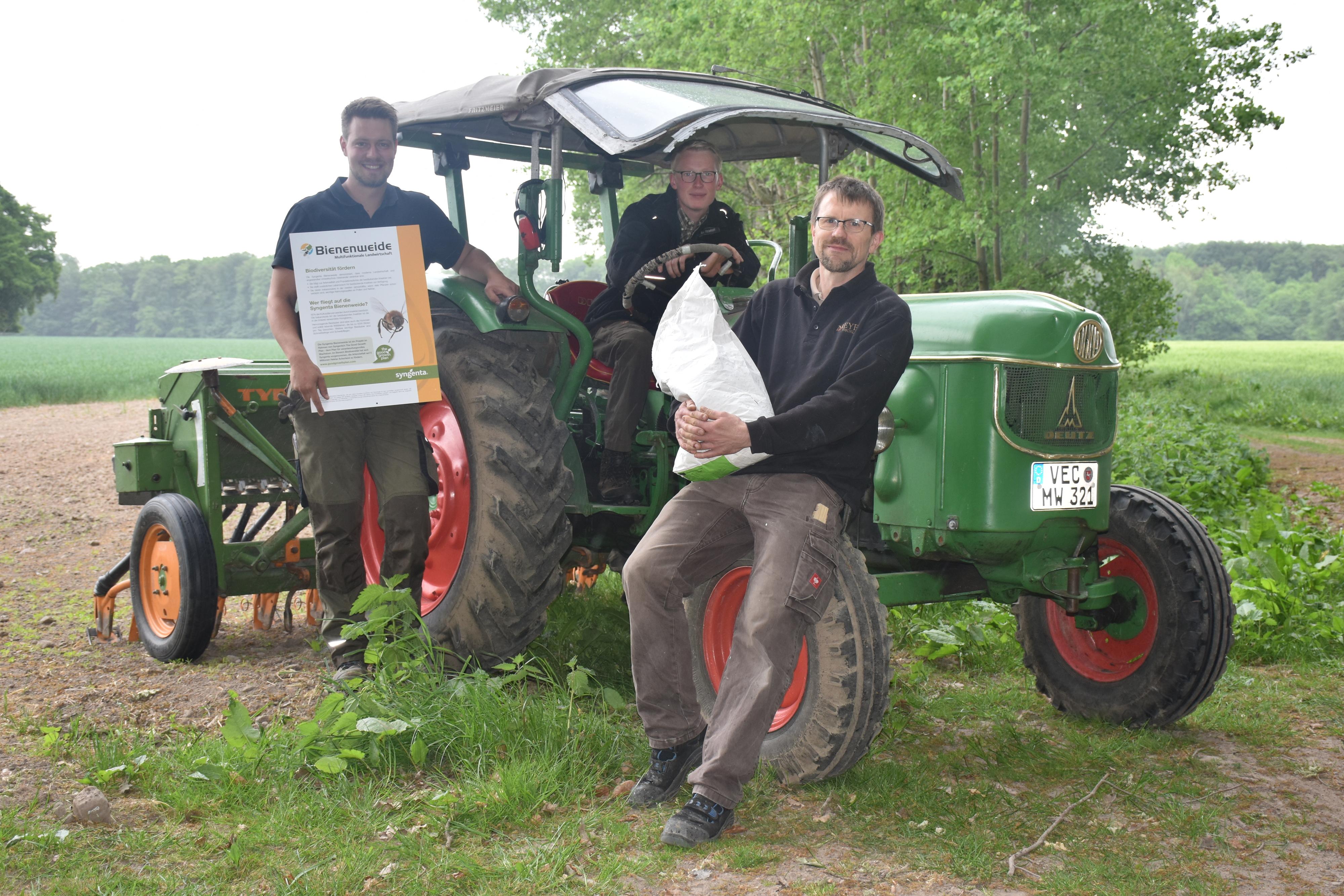 Haben fleißig Saatgut in die Erde gebracht: (von links) Johannes Kohls, Markus Westerhoff und Wolfgang Meyer vor und auf der Sämaschine. Foto: Ferber