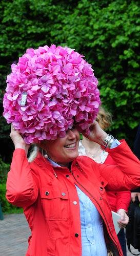 Mit Hortensien-Kappe: Mechthild Wilke bei der Eröffnung der Gartenpartie vor zwei Jahren. Diesmal organisiert die Oldenburgerin eine virtuelle Schau.