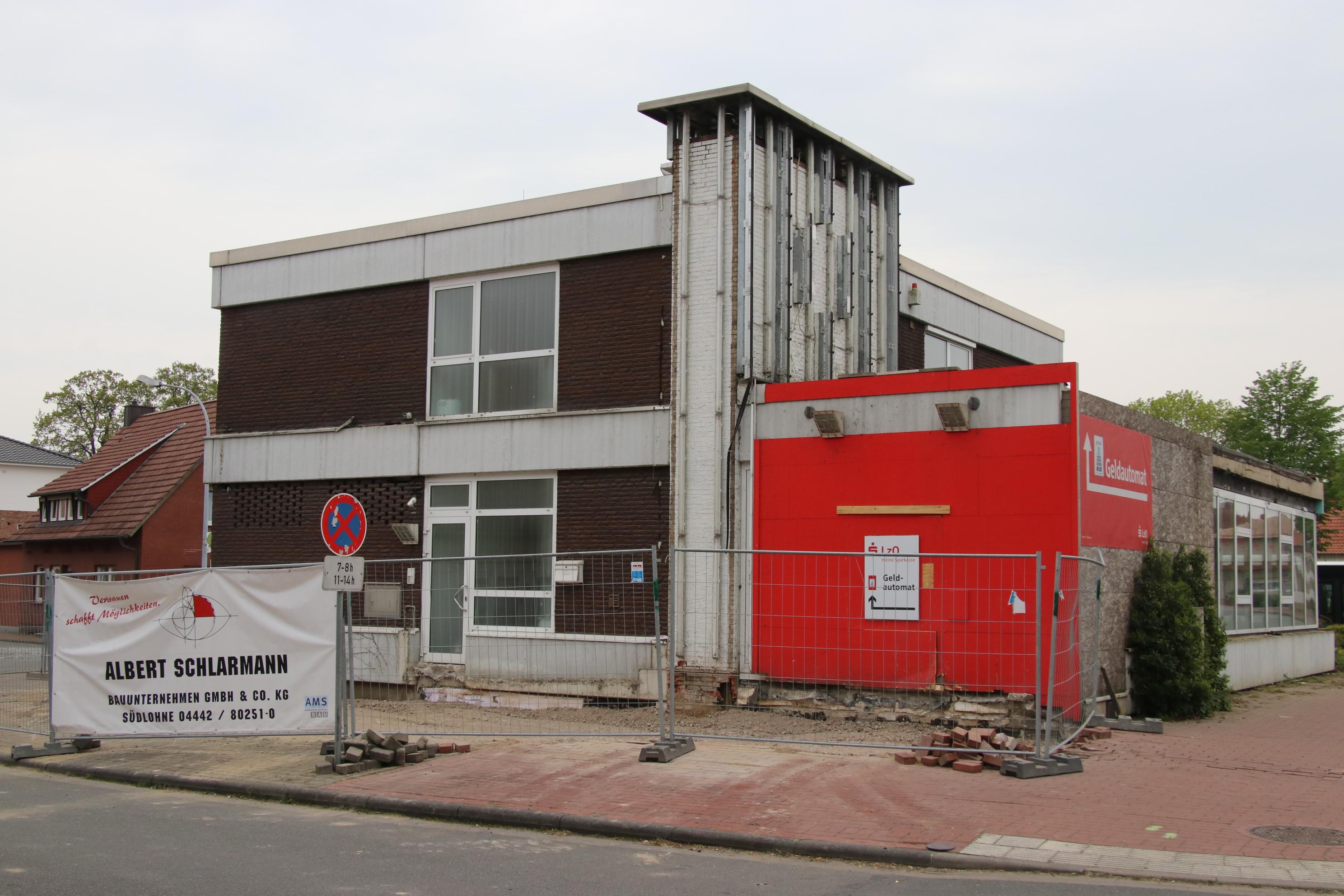 Es geht los: Die LzO lässt das Ende 2017 schwer beschädigte Filial-Gebäude in Vörden jetzt sanieren. Foto: Lammert