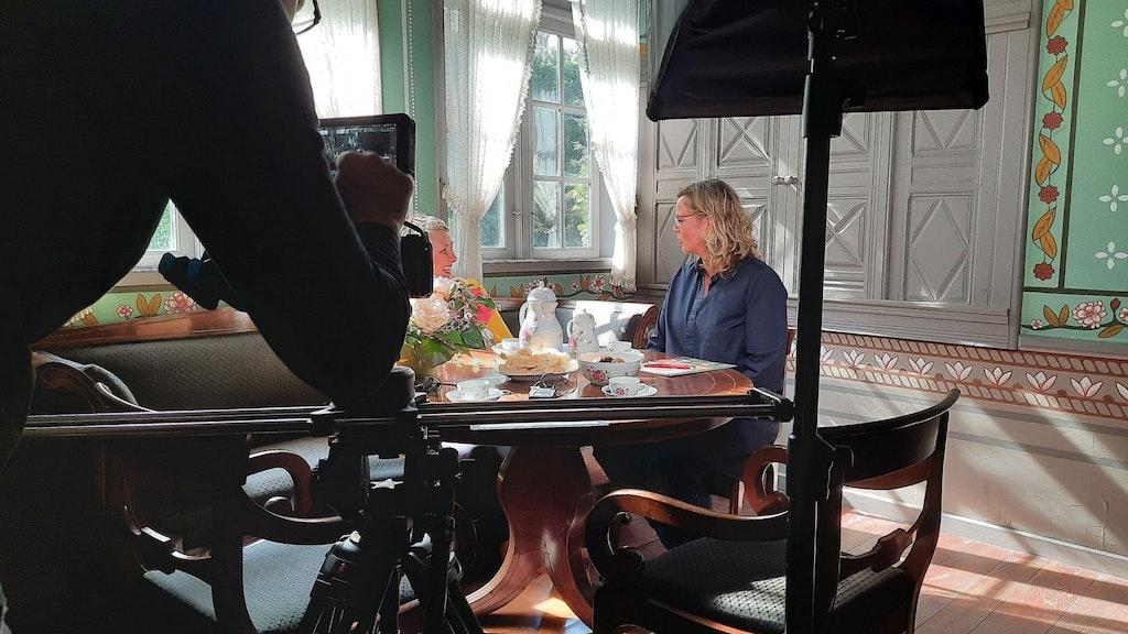 Plaudern vor der Kamera: Im Quatmannshof beschreibt Julia Schulte to Bühne (rechts) im Gespräch mit Mechthild Wilke ihre Arbeit als Direktorin unter den Zwängen der Pandemie. Foto: Landpartie