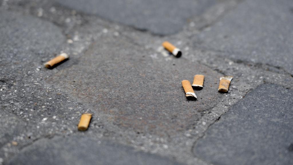 So klein, aber doch so umweltschädlich: Auch wer Zigarettenkippen auf die Straße wirft, soll nach Vorstellung der SPD notfalls mit Bußgeldern bestraft werden. Symbolfoto: Tobias Hasedpa