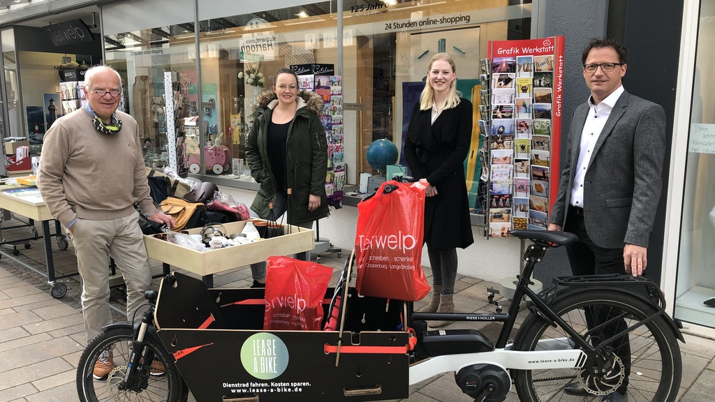 Übergabe:Michael Terwelp (von links), Lena Kessen (CM Cloppenburg Marketing), Vivian Bruns (Bike Mobility Services) und Christian Wölbern (Bike Mobility Services). Foto: BMS