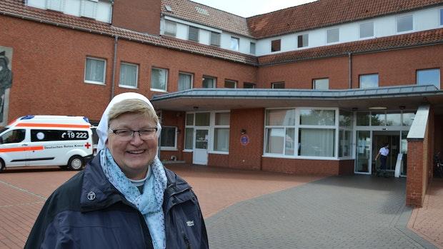 Schwester Josefine verlässt das Krankenhaus