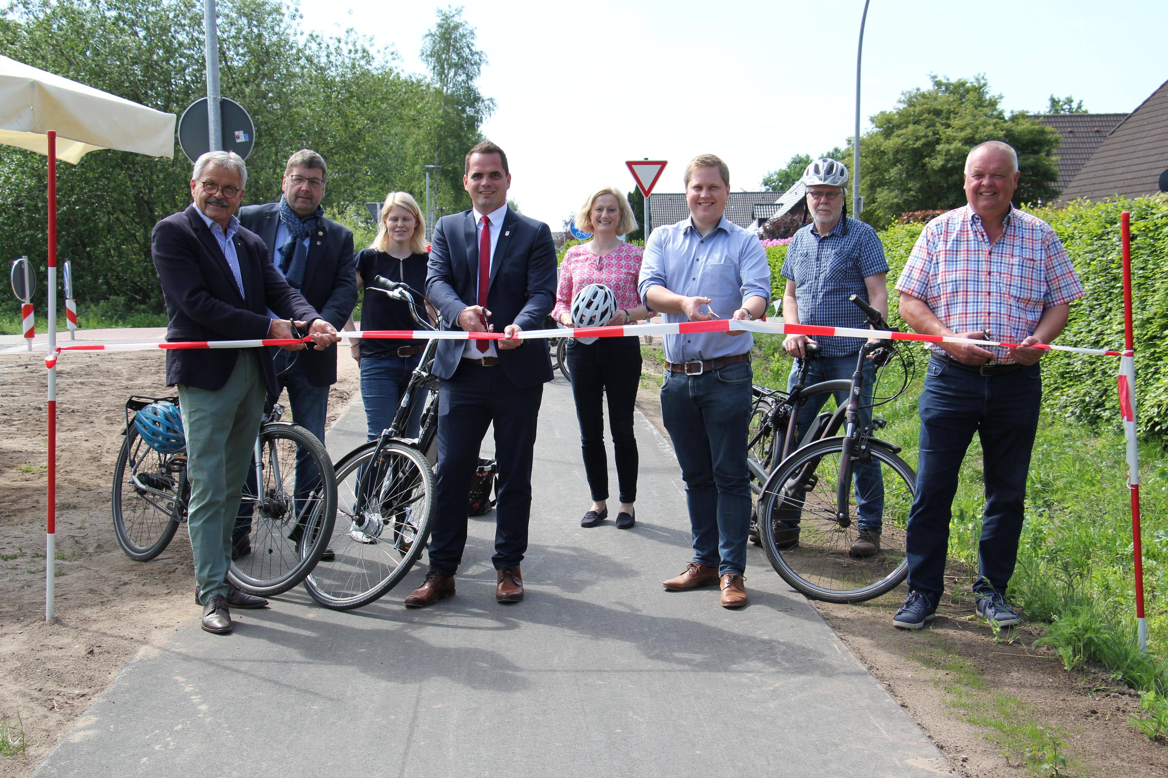 Neues Angebot für Pedalritter: Bürgermeister Kristian Kater (4.v.l.) weihte gemeinsam mit Vorgänger Helmut Gels (l.) und mehreren Fraktionsvertretern den neuen Radweg ein. Foto: Speckmann