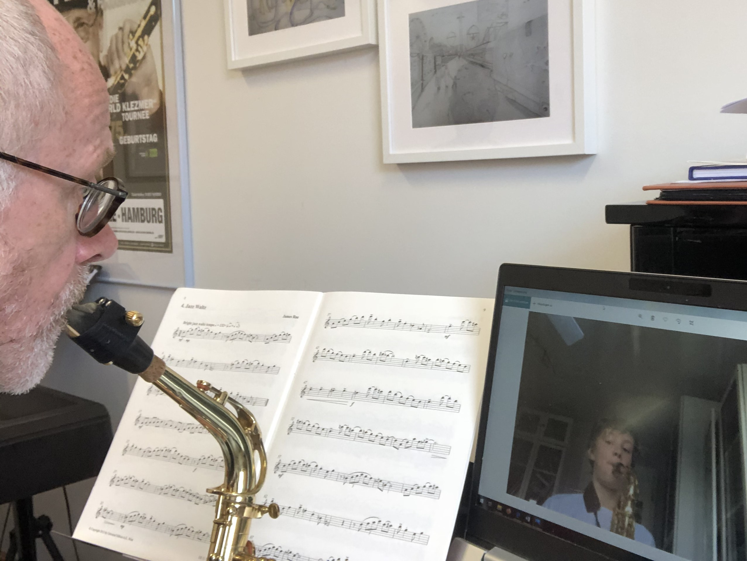 Unterricht per Videochat: Kreismusikschulleiter Rainer Wördemann spielt gemeinsam mit einem Schüler Saxofon. Foto: Heinzel
