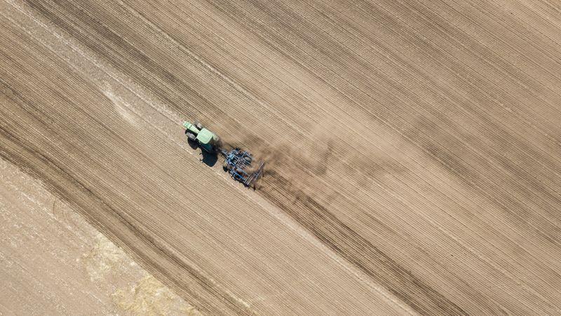 Ein Bauer wirbelt beim pflügen eines Ackers Staub auf.Ole Spata/dpa/Archivbild