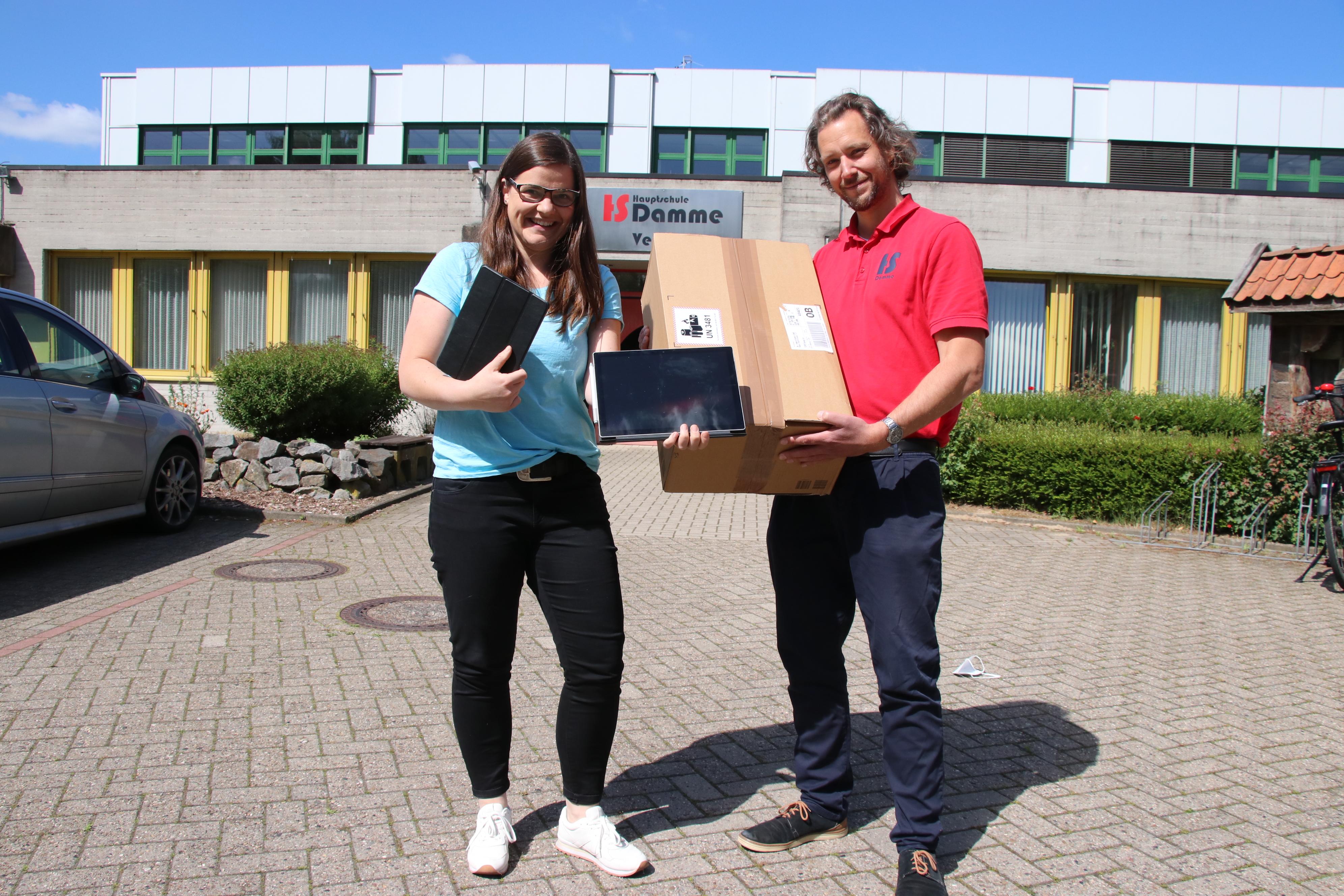 Karina Hackstette und Jan Runge, die Initiatoren der Spendenaktion, freuen sich über die vielen neuen Geräte, die die Hauptschule bekommen hat. Foto: Lammert