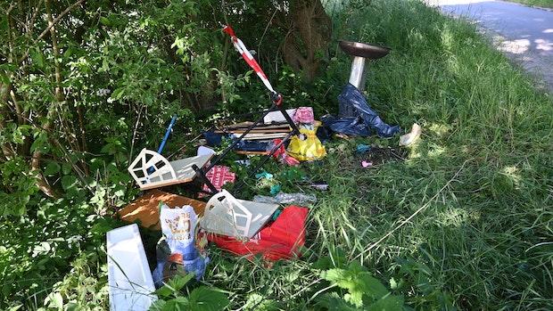 Müll achtlos am Straßenrand entsorgt