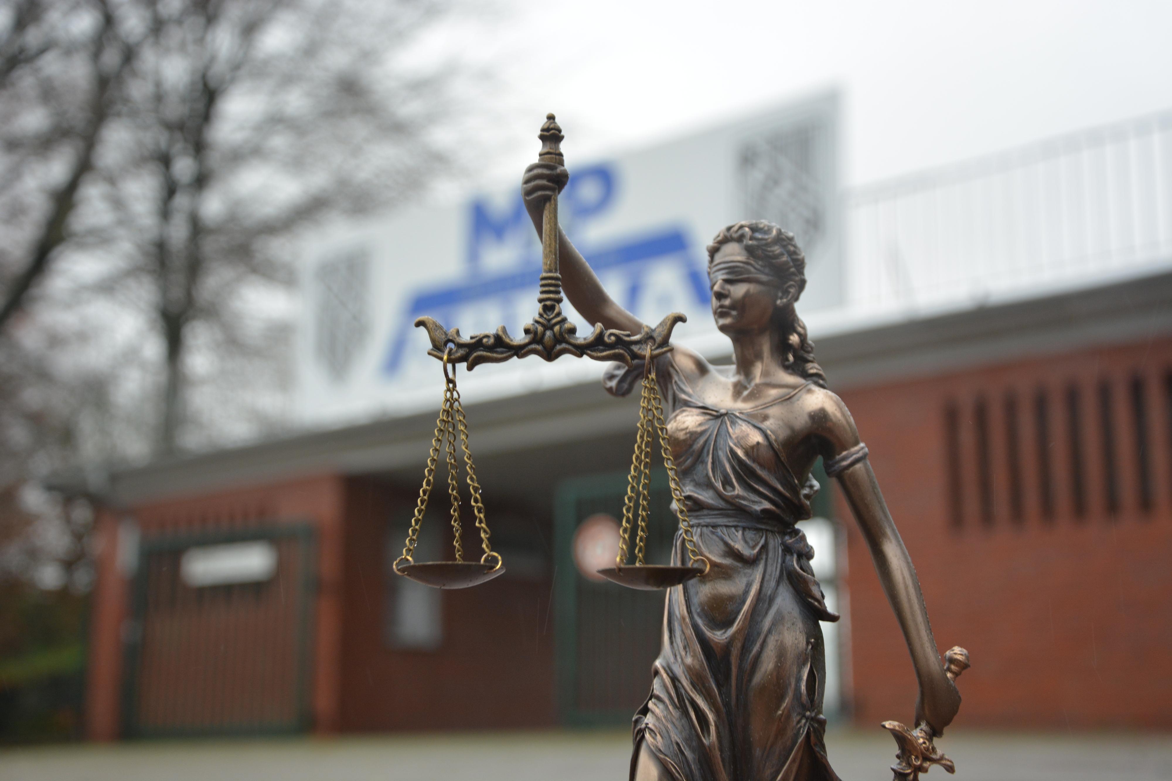 Justitia vor dem Stadion: In mehreren Verfahren klagen Ehemalige gegen den BV Cloppenburg. Foto: Hermes
