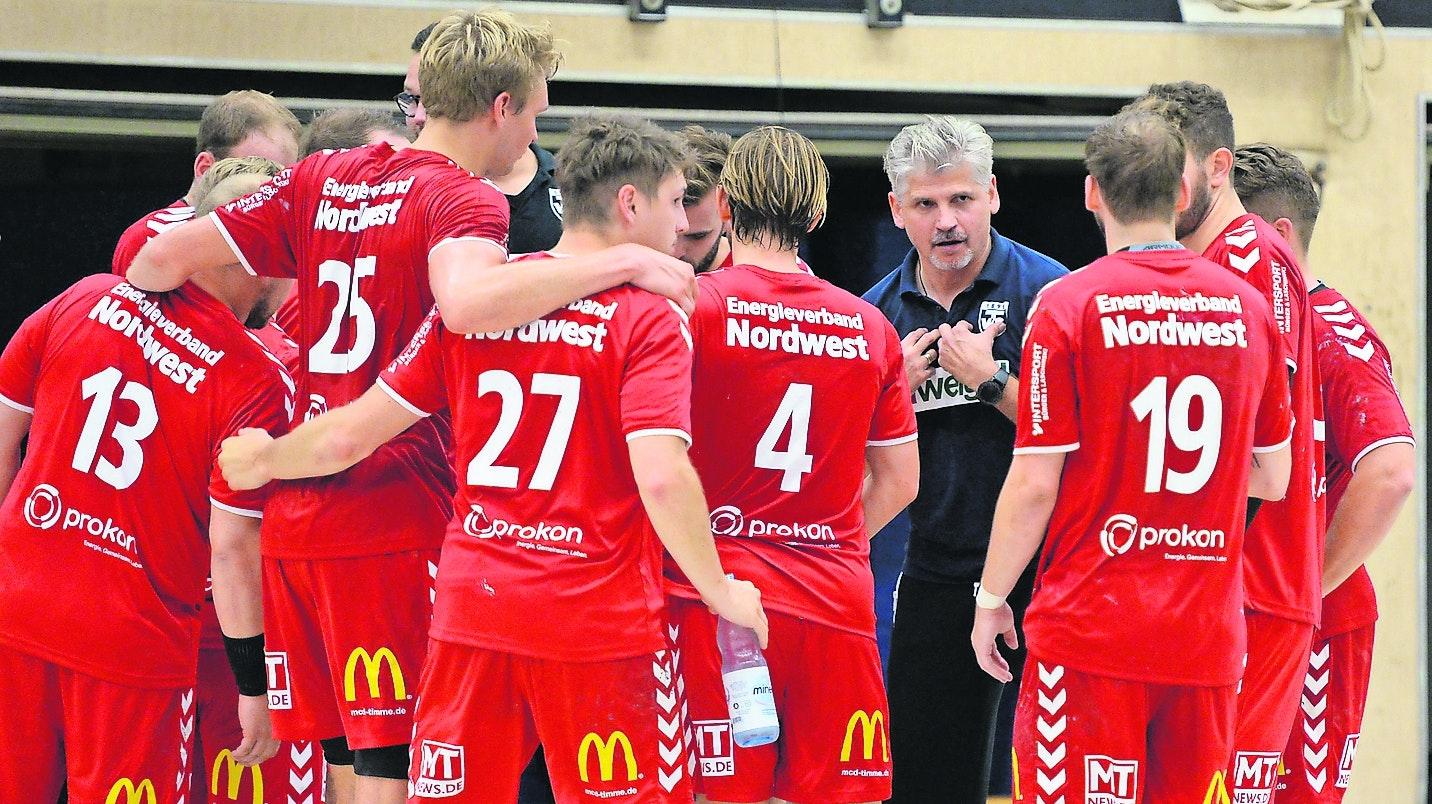 Rüsten für die 3. Liga: Der Aufstieg ist für die Handballmänner perfekt, nun gilt es für Trainer Barna-Zsolt Akacsos (blaues Hemd), die Mannschaft auf die kommende Saison 2020/2021 vorzubereiten. Foto: Langosch