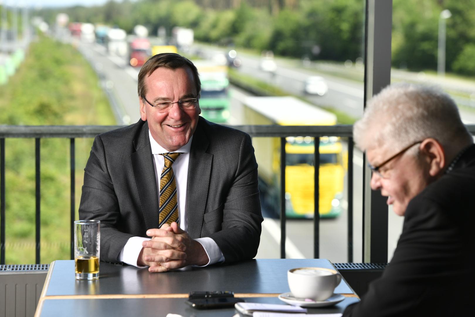 Brücken-Talk: Boris Pistorius (links) im Gespräch mit Alfons Batke. Foto: M. Niehues