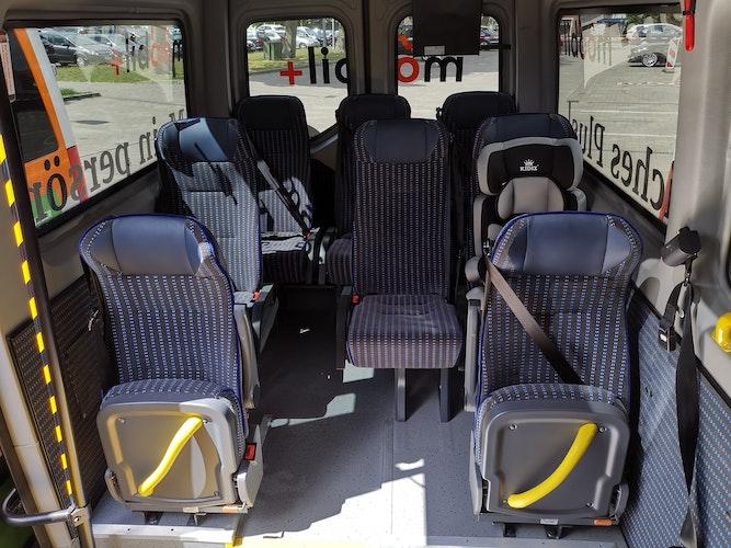 Der Innenraum: Die Busse haben acht Sitzplätze, WLan und sind klimatisiert. Foto: LandkreisRühl