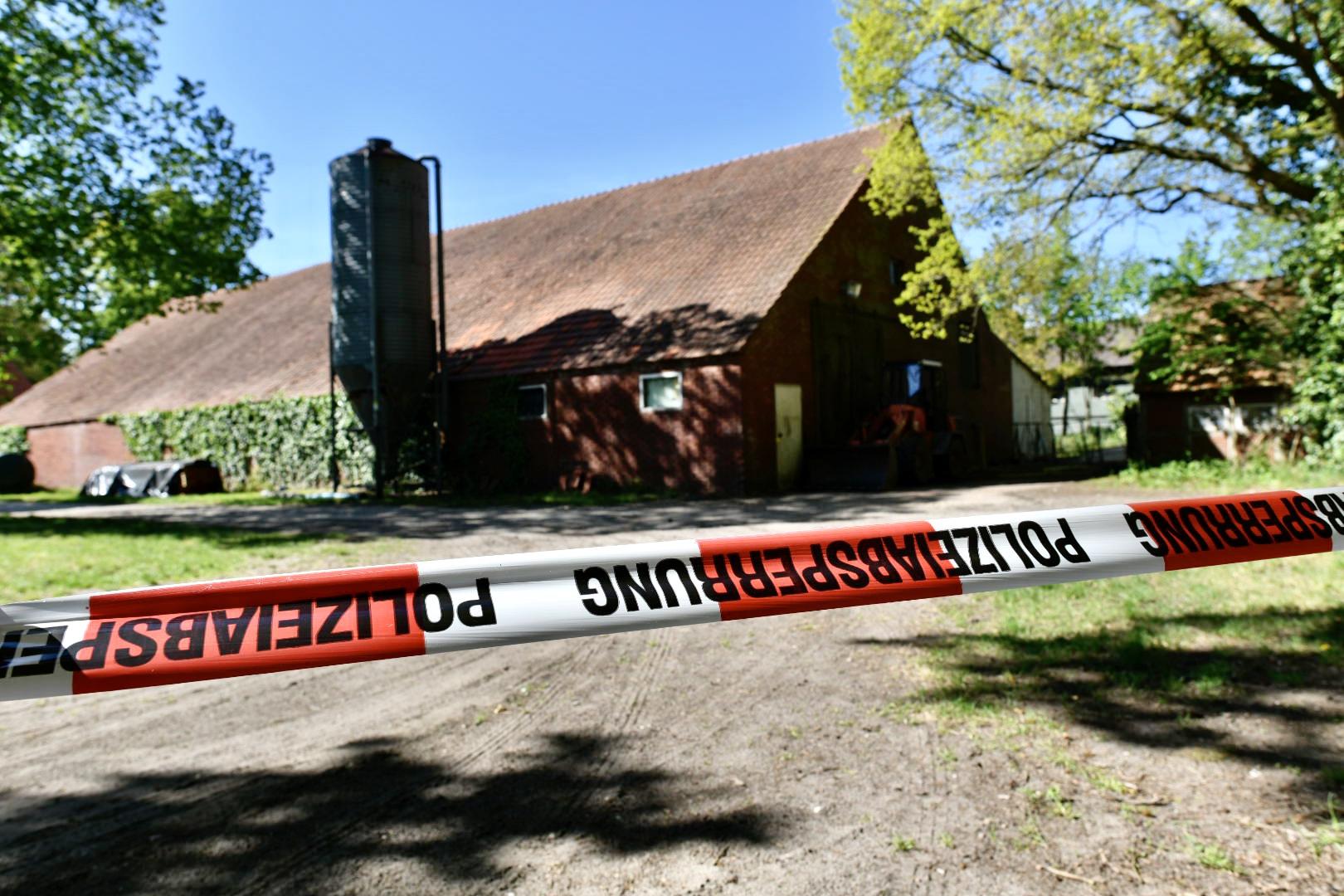 Drogen- statt Tierhaltung: Im diesem Stall wurde Marihuana im großen Stil angebaut. Die Polizei hat den Tatort in Madlage bei Löningen gesperrt. Foto: M. Niehues