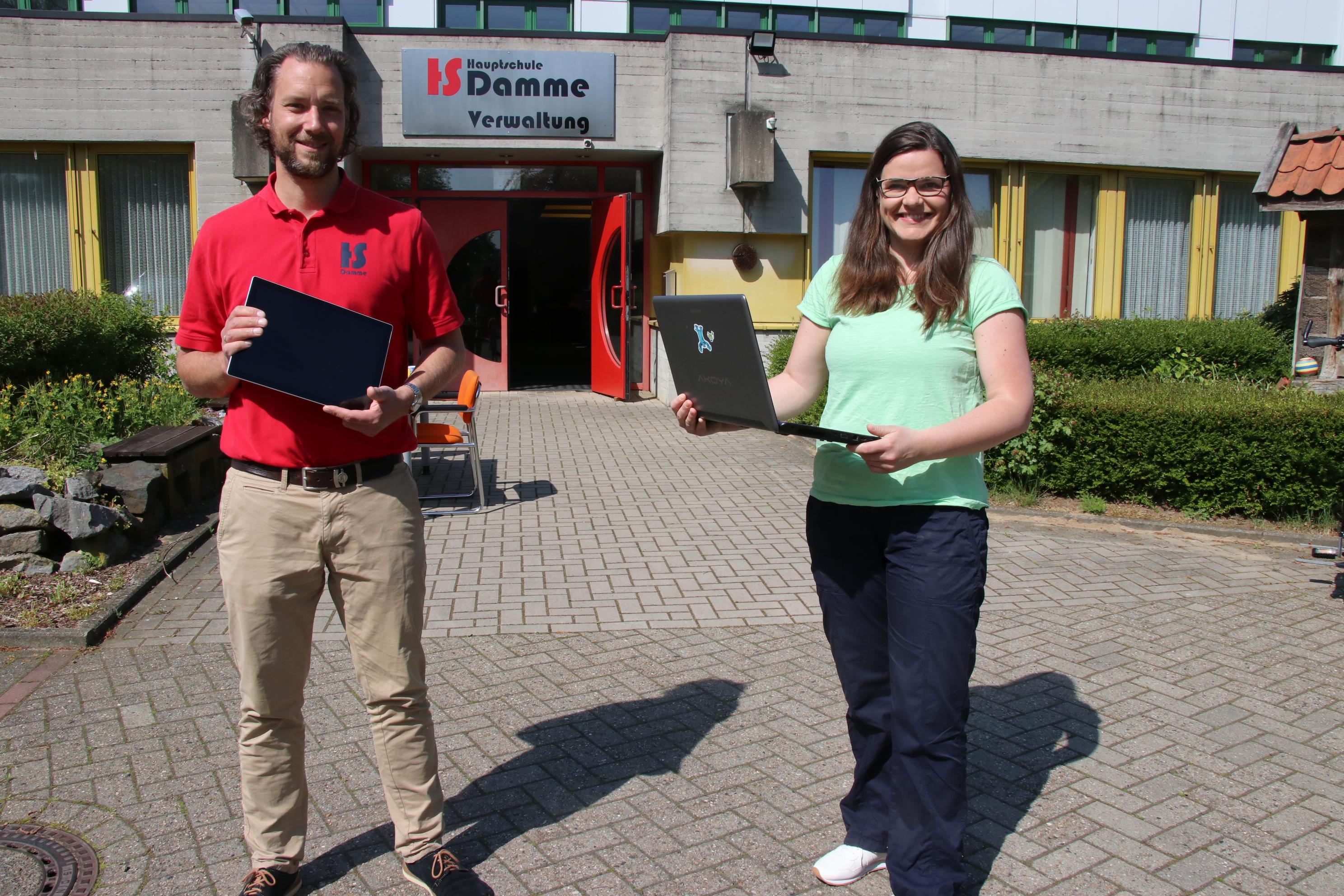 Sie hoffen auf Unterstützung: Jan Runge und Karina Hackstette setzen auf Firmen und Privatpersonen, die der Hauptschule Tablets und Laptops für die Jugendlichen zur Verfügung stellen. Foto: Lammert