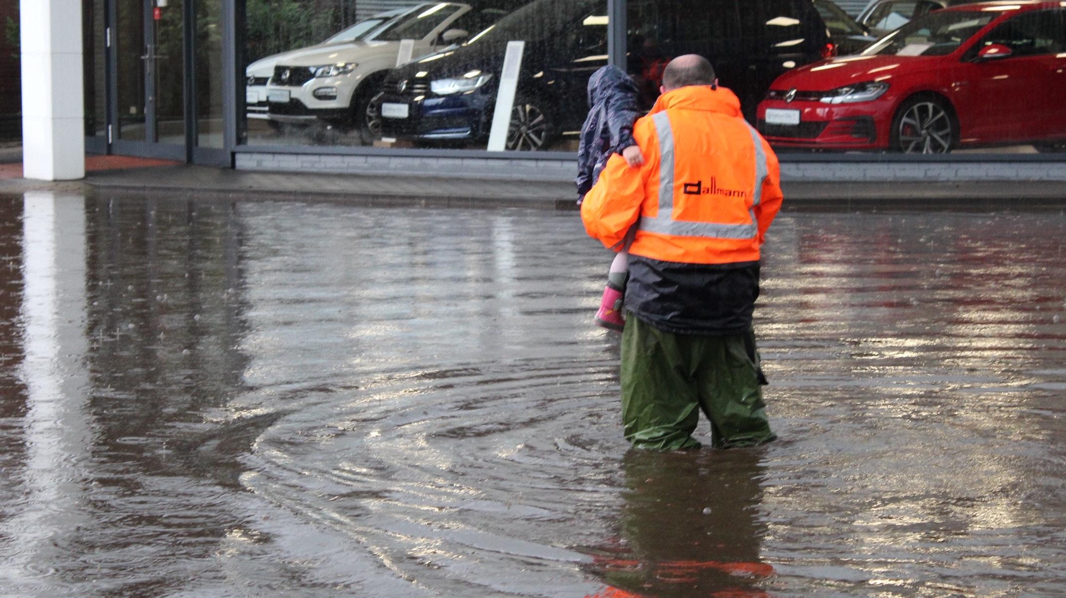 Das Wasser steht bis zu den Knien: In Damme sind mehrere Straßen sturzbachartig überflutet worden. Foto: Bernd Bergmann