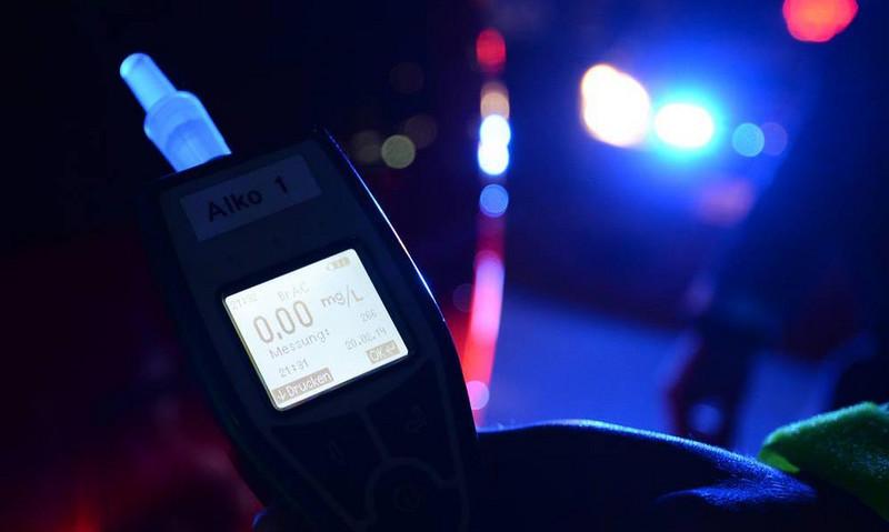 Die Polizisten zückten nach dem Unfall das Atemalkohol-Testgerät. Das Ergebnis dürfte sie überrascht haben. Foto: dpa/Seeger