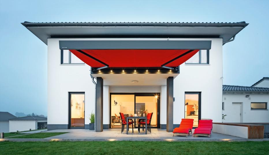 Markisen bieten nicht nur guten Sonnenschutz, sondern werten auch die Architektur des Hauses auf. Foto: djd/Weinor