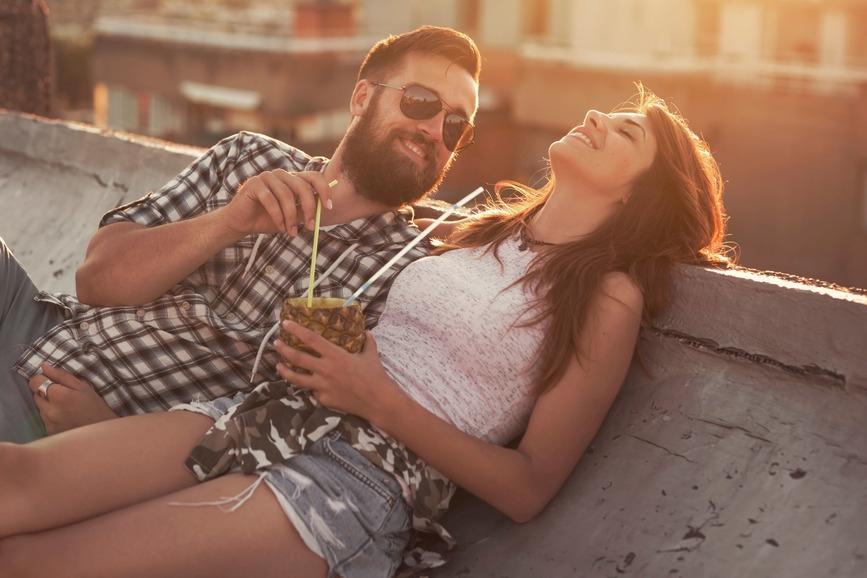 Den Sommer zu Hause genießen: Mit etwas Kreativität und selbst gemixten Cocktails bringt man Urlaubsflair nach Hause. Foto: djd/BSI/Getty Images/vladans